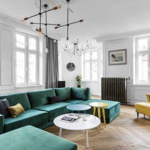 Zielona sofa idealnie komponuje się z żółtym fotelem. Projekt Anna Maria Sokołowska. Fot. Fotomohito