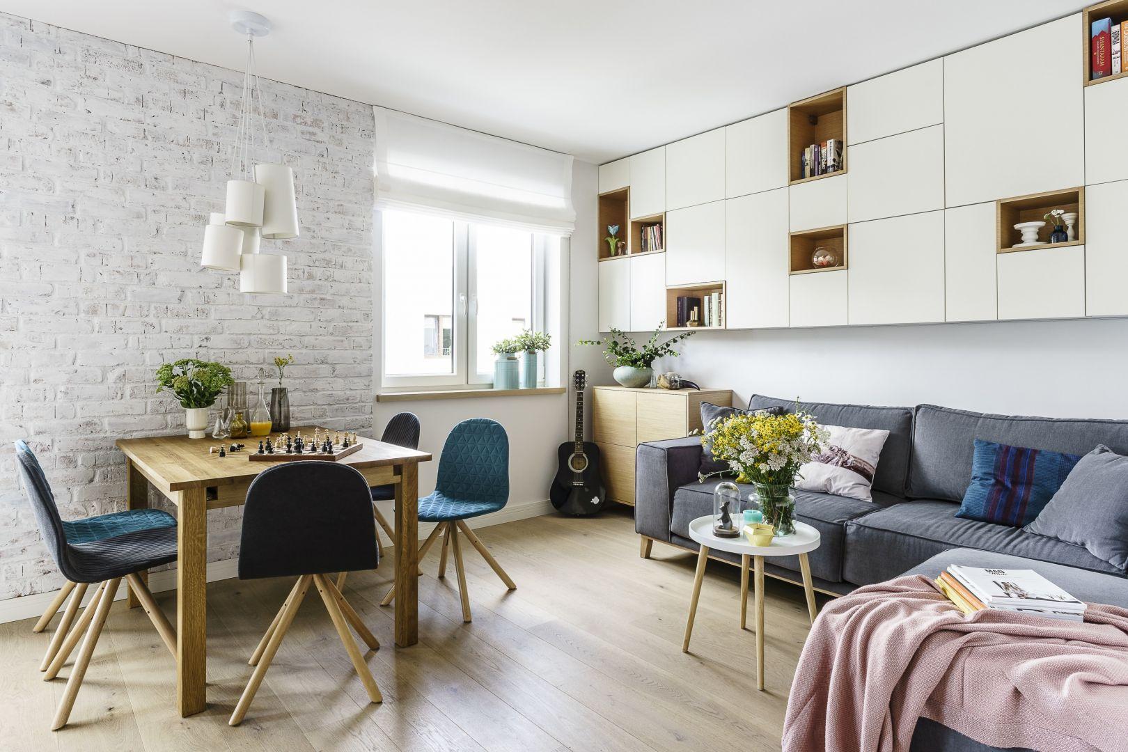Salon z jadalnią w stylu skandynawskim. Projekt Saje Architekci. Fot. Fotomohito