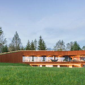 Architekci ze studia Medusa Group zaprojektowali dom, który zatapia się w górzystym pejzażu. Projekt: architekci: Przemo Łukasik, Łukasz Zagała. Fot. Juliusz Sokołowski