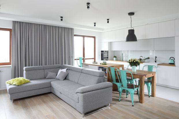 Kuchnia razem z salonem to coraz popularniejsze rozwiązanie, zwłaszcza w nowych mieszkaniach. Jak połączyć salon z aneksem kuchennym żeby wnętrze zyskało przestrzeń, ale pozostało funkcjonalne? Zobaczcie 10 dobrych propozycji architektów.