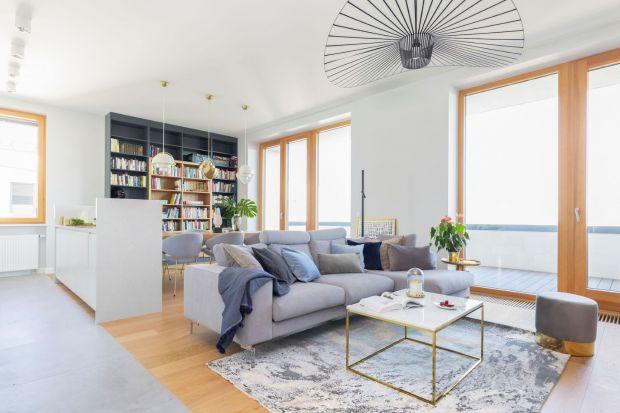 Dywan w salonie zdobi wnętrze, ociepla je i wycisza. Sprawdzi się w klasycznej, ale i nowoczesnej aranżacji. Wybraliśmy 10 pięknych realizacji salonów z dywanem!