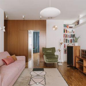 Dywan w salonie w stylu vintage - jasny pudrowy kolor uzupełnia aranżację tego wnętrza. Projekt: Agata Ambrożewska, Agata Krzemińska, pracownia A+A. Zdjęcia: PION Studio