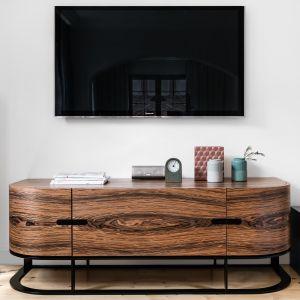 Drewnana szafka RTV podkreśla klasyczną elegancję we wnętrzu. Projekt Magma. Fot. Fotomohito