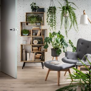 Naturalne drewno, biele i szarości, a przede wszystkim rośliny doniczkowe - to mocny trend także na 2021 rok. Fot. Vox