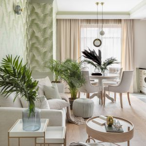Jasny salon urządzony w naturalnym stylu z żywymi roślinami. Projekt i zdjęcia: JT Group