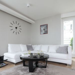 Ściana za kanapą w salonie wykończona jest szarą farbą. Projekt: Magdalena Kostrzewa-Świątek, Agnieszka Zaremba. Fot. Bartosz Jarosz
