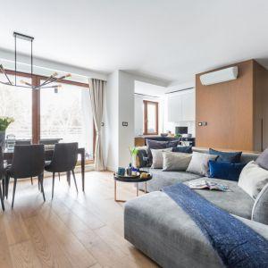 Pomysł na drewnianą podłogę w salonie. Projekt: Decoroom. Fot. Marta Behling/Pion Poziom