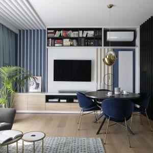 Pomysł na drewnianą podłogę w salonie. Projekt: MIKOŁAJSKAstudio. Fot. Jakub Dziedzic