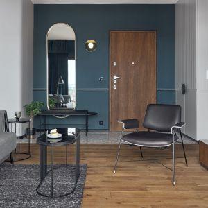 Pomysł na drewnianą podłogę w salonie. Projekt: Marta i Michał Raca, Raca Architekci. Fot. Tom Kurek