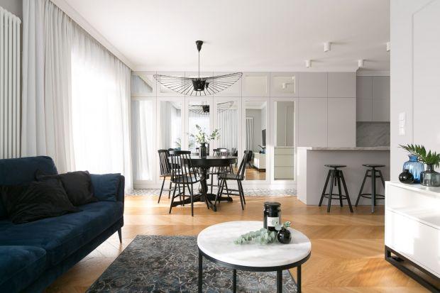 Najpopularniejszym pomysłem na podłogę w salonie ciągle są podłogi z rysunkiem drewna. Do dyspozycji mamy wiele różnych rozwiązań - deski lite lub trójwarstwowe czy parkiet. Możemy też postawić na naśladujące drewno panele lub płytki. Zob