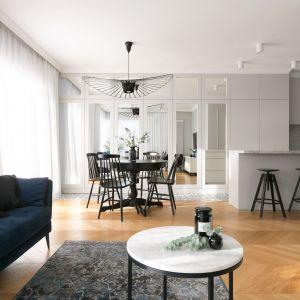 Pomysł na drewnianą podłogę w salonie. Projekt: Paulina Zwolak, Jakub Nieć, pracownia Projektyw. Zdjęcia: Jakub Dziedzic