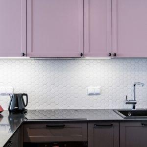 Biała mozaika stanowi dekoracyjne tło dla kolorowych frontów szafek. Projekt Deer Design
