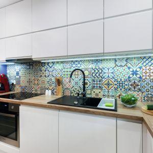 Kolorowy patchwork to jeden z modnych motywów na ściany i podłogi w kuchni. Projekt Justyna Mojżyk. Fot. Monika Filipiuk-Obałek