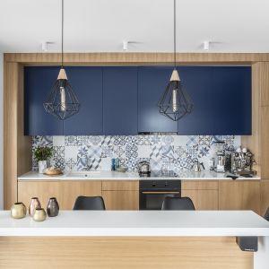 Majoliki w kolorze niebieskim to pomysł na zbudowaniu w kuchni nadmorskiego klimatu. Projekt Magma. Fot. Fotmohito