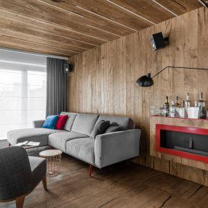 Ścianę w salonie zdobi drewno w postaci nowoczesnej boazerii. Projekt Anna Maria Sokołowska. Fot. Fotomohito.