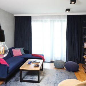 Ciemne zasłony podkreślają klimat loft w salonie. Projekt Maciejka Peszyńska-Drews. Fot. Bartosz Jarosz