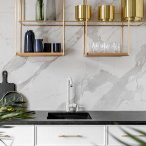 Pomysł na płytki na ścianę nad blatem w kuchni - bardzo modne wielkoformatowe płyty z rysunkiem marmuru. Projekt:  Decoroom. Fot. Pion Poziom