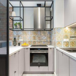 Pomysł na płytki na ścianę nad blatem w kuchni - kolorowe patchworkowe płytki. Projekt: Decoroom. Fot. Pion Poziom