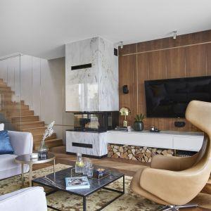 Część wypoczynkowa salonu z imponującym kominkiem. Projekt: Joanna Kiryłowicz. Fot. Celestyna Król