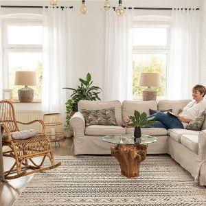 Jasny i przytulny salon w kolorach ziemi to mocny trend w 2021 roku. Fot. Dekoria