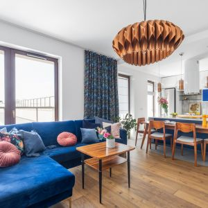Ciepłe kolory ziemi zestawiono w tym salonie z chłodnymi odcieniami niebieskiego. Projekt: Joanna Rej. Fot. Pion Poziom