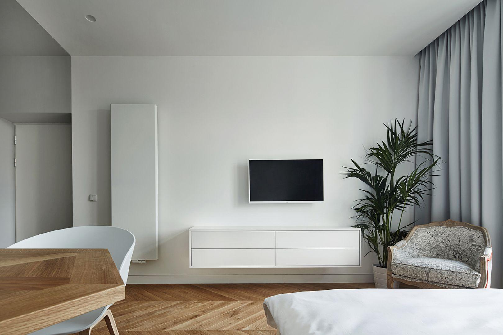 W strefie dziennej króluje biel, która optycznie powiększa pomieszczenie. Projekt: Karol Ciepliński, Blackhaus. Fot. Bartłomiej Senkowski