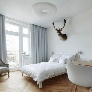 Nad łóżkiem wisi medalion daniela – rodzinna pamiątka właściciela mieszkania. Projekt: Karol Ciepliński, Blackhaus. Fot. Bartłomiej Senkowski