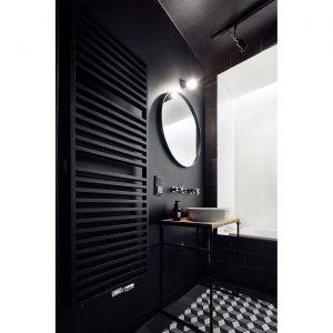 Na wprost drzwi znajduje się jasna wnęka z wanną. Projekt: Karol Ciepliński, Blackhaus. Fot. Bartłomiej Senkowski
