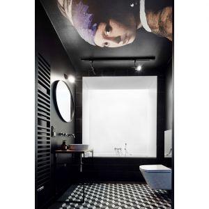 Salon kąpielowy jest zaskoczeniem i zupełnym przeciwieństwem strefy dziennej. Tu dominuje czerń, geometria i sztuka. Projekt: Karol Ciepliński, Blackhaus. Fot. Bartłomiej Senkowski