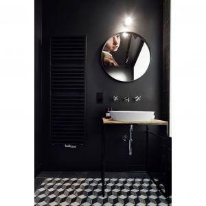 Na ścianie znajduje się czarny grzejnik Vasco, który idealnie komponuje się z pomieszczeniem. Projekt: Karol Ciepliński, Blackhaus. Fot. Bartłomiej Senkowski