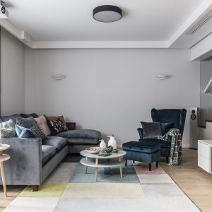 Przytulności salonowi dodadzą zasłony, dekoracyjne poduchy i dywan. Projekt Magma. Fot. Fotomohito