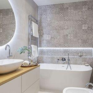 Ściany w łazience wykończone są patchworkowym wzorem płytek z kolekcji Sfumato Patch (Tubądzin). Projekt: Decoroom Pracownia Architektury. Fot. Marta Behling, Pion Poziom – fotografia wnętrz