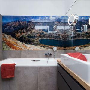 Ściany w łazience wykończono fototapetą oraz szarymi płytkami ceramicznymi. Projekt: Anna Krzak. Fot. Przemek Kuciński, www.niewformie.pl