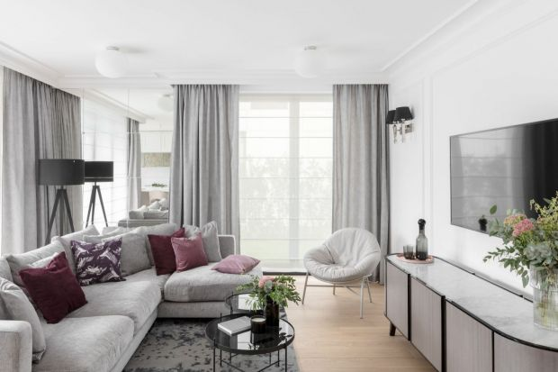 Co powiesić w oknie w salonie? 10 modnych pomysłów na zasłony