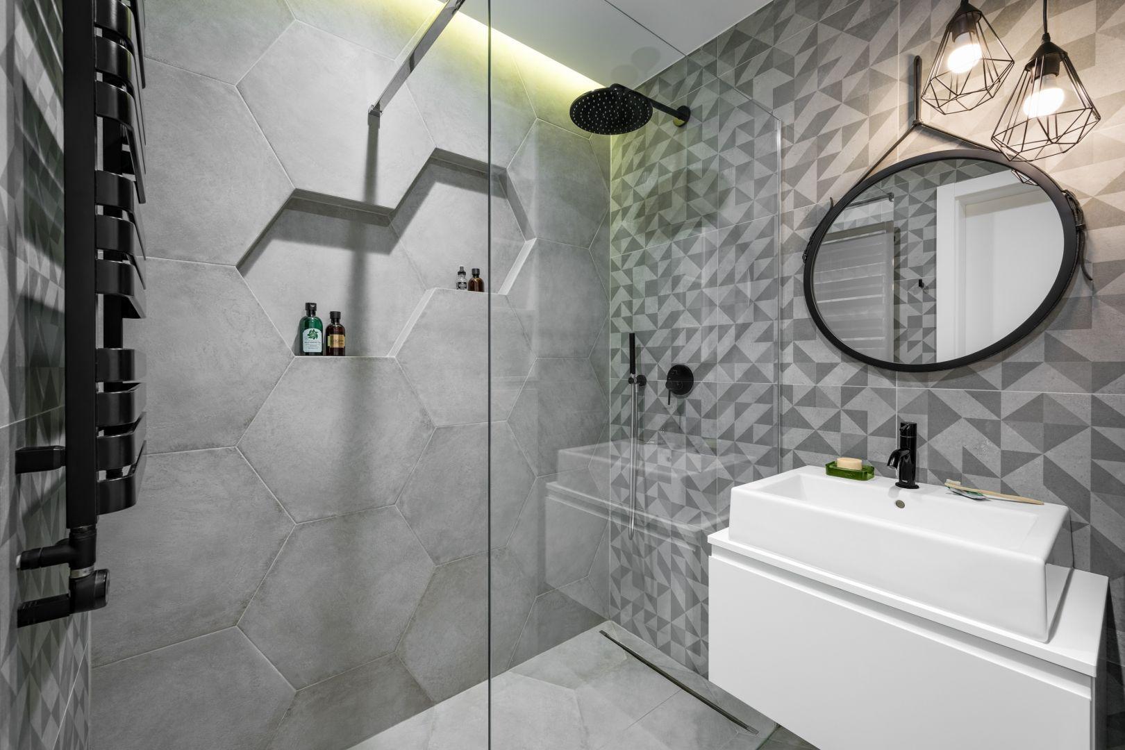 Ściany w łazienka wykończona są szarymi płytkami. To modne heksagony. Projekt: Zuzanna Kuc, ZU projektuje. Fot. Łukasz Zandecki