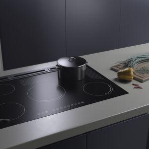 Ciemna, nawet grafitowa lub czarna kuchnia wraca do łask - coraz częściej w takim kolorze wybieramy nie tylko fronty kuchenne, ale także sprzęty agd. Fot. Solgaz