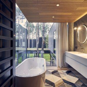 Wnętrze domu - łazienka z pięknym widokiem na las. Projekt: Przemysław Olczyk Mobius Architekci