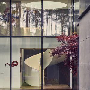 Rzeźbiarska forma schodów sama w sobie stanowi dzieło sztuki. Projekt: Przemysław Olczyk Mobius Architekci