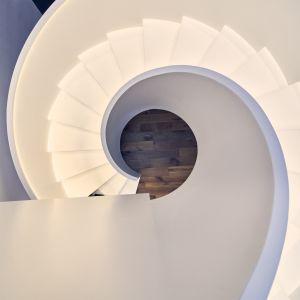 Schody w domu układają się w kształt wijącej się wstęgi. Projekt: Przemysław Olczyk Mobius Architekci