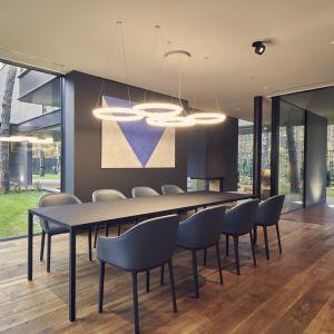 Wnętrze domu - część dzienna z dużą nowoczesną jadalnią. Projekt: Przemysław Olczyk Mobius Architekci