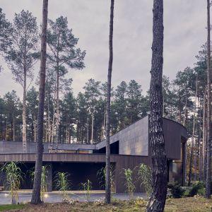 Działka zapewnia swobodę, wręcz intymność obcowania z naturą i architekturą. Projekt: Przemysław Olczyk Mobius Architekci