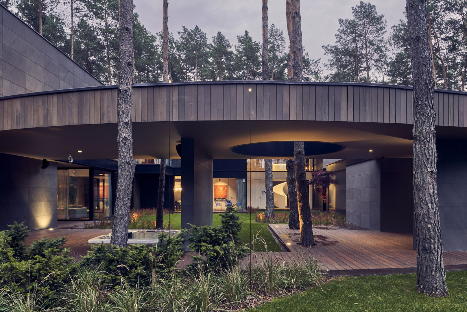 Budynek o powierzchni 400 m kw. wykonany w konstrukcji żelbetowej obłożonym jest panelami z drewna Okume. Projekt: Przemysław Olczyk Mobius Architekci