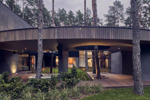 Projekt tego skąpanego w naturze domu zauroczył inwestora, miłośnika i kolekcjonera sztuki. Prywatna galeria sztuki w środku lasu powstała z szacunkiem dla przyrody i w bardzo nowoczesnym stylu.