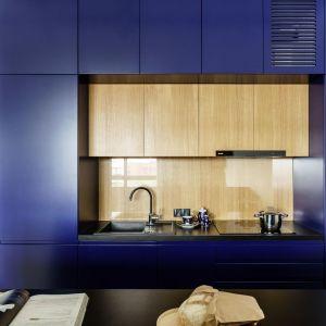 Ścianę nad blatem w kuchni wykończono drewnem i zabezpieczony bezbarwnym szkłem. Projekt: Magdalena Bielicka, Maria Zrzelska-Pawlak, pracownia Magma. Fot. Fotomohito