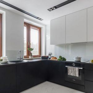 Białe szkło nad kuchennym blatem to świetnie rozwiązanie w nowoczesnej kuchni. Projekt: Decoroom. Zdjęcia i stylizacja Marta Behling Pion Poziom Fotografia Wnętrz