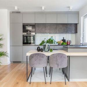 Ścianę nad blatem w kuchni wykończono białym szkłem. Projekt i wykonanie Gama Design współpraca Joanna Rej. Fot. Marta Behling/Pion Poziom Fotografia Wnętrz