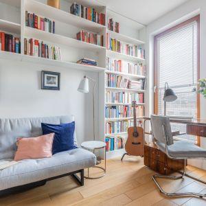 Wiszące półki pozwalają zaoszczędzić miejsce. Projekt Katarzyna Rohde. Fot. Pion Poziom