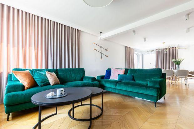 Najważniejszym meblem w salonie pozostaje sofa. Musi być elegancka i komfortowa. Dobrze jednak, gdy także przyciąga uwagę, np. kolorem.
