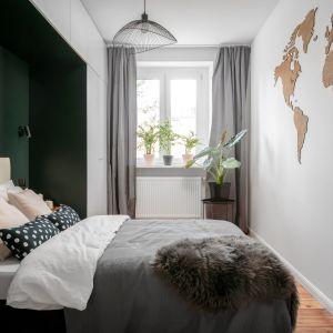 65-metrowe mieszkanie w zabytkowej kamienicy - sypialnia z zaprojektowaną na zamówienie zabudową. Projekt: Magdalena i Robert Scheitza, pracownia SHLTR Architekci