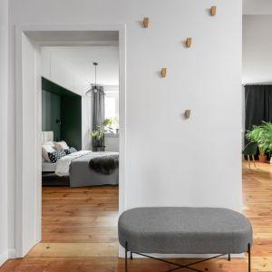 65-metrowe mieszkanie w zabytkowej kamienicy - architektom udało się wydzielić trzy osobne pokoje i salon z kuchnią. Projekt: Magdalena i Robert Scheitza, pracownia SHLTR Architekci